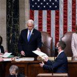 """Tras una de las jornadas más convulsas de la historia de EE.UU., el Congreso estadounidense ratificó este jueves el resultado de las elecciones de noviembre; y el presidente saliente, Donald Trump, se comprometió finalmente con una """"transición ordenada"""" del poder al mandatario electo, Joe Biden."""