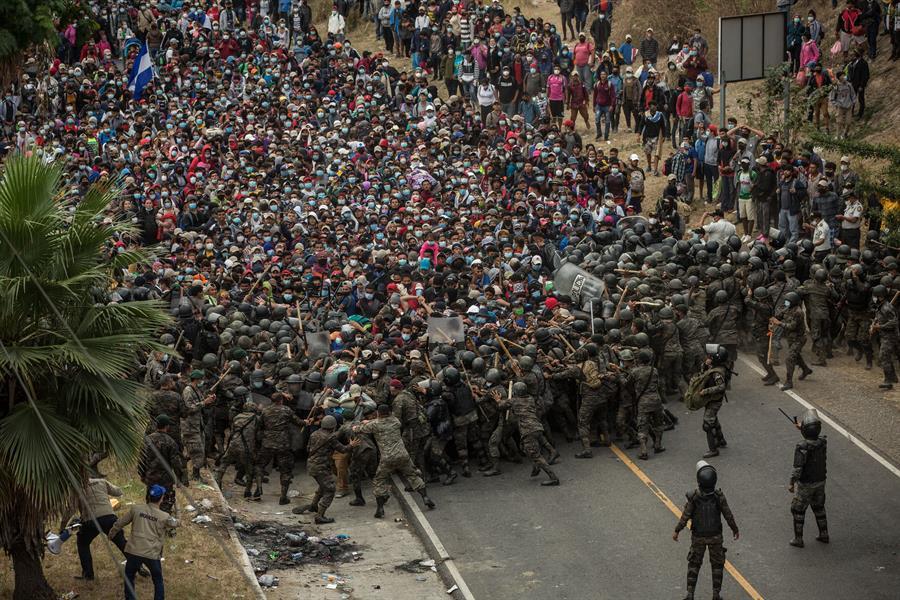 """Alrededor de 6 mil hondureños que integran una caravana migrante en busca del """"sueño americano"""" permanecen varados la carretera; las fuerzas de seguridad han bloqueado su paso."""