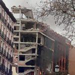 Al menos dos personas murieron y varias resultaron heridas tras la explosión, al parecer a causa de un escape de gas, que provocó hoy el derrumbe de parte de un edificio de seis plantas en una calle en el centro de Madrid, España.