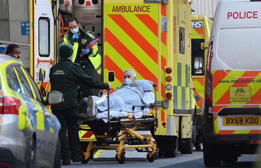 El Reino Unido registró en las últimas 24 horas 1 mil 041 nuevos fallecimientos por COVID-19, tras superar el millar de muertes diarias.