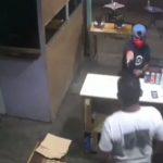 Una cámara de seguridad captó el momento exacto en que un sicario dispara contra un hombre en un negocio de comida en Retalhuleu.