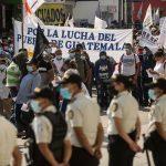 Cientos de indígenas y campesinos, miembros del Comité de Desarrollo Campesino -CODECA-, exigen la renuncia del presidente Alejandro Giammattei.