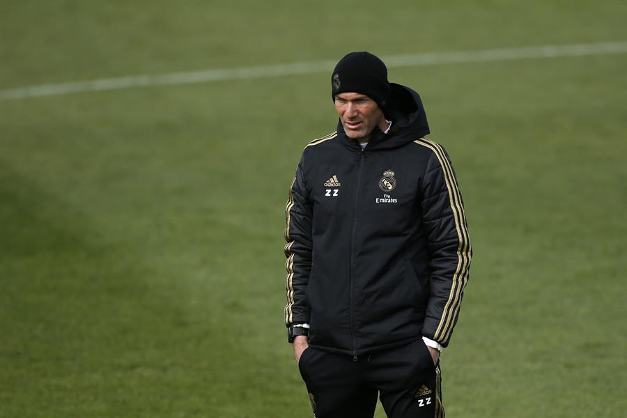 El técnico Zinedine Zidane se reincorporó este martes a los entrenamientos del Real Madrid, tras finalizar su periodo de aislamiento por haber padecido COVID-19; en la misma jornada en que se supo que Florentino Pérez, presidente del club, también era positivo.