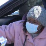Una mujer estadounidense de 77 años sobrevivió encerrada cuatro días en su vehículo por la nieve; esto luego del paso de máquinas quitanieves según informaron este viernes varios medios locales.
