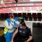 """La Comunidad de Madrid ha comenzado este jueves a vacunar contra el COVID-19 a policías locales, bomberos y efectivos de Protección Civil en el estadio Wanda Metropolitano; una campaña que arranca con """"coraje y corazón"""" y la """"esperanza"""" de acabar con la pandemia para que """"no nos quite más libertad""""."""
