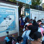 Cerca de 1,8 millones de alumnos regresaron este lunes a las escuelas de Nicaragua para recibir clases presenciales; esto pese a las advertencias del gremio médico sobre una posible propagación de la pandemia de la COVID-19 en los centros de estudio.