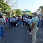 Un grupo de maestros bloquea esta mañana el paso por la carretera CA-2 Suroccidente a la altura de El Zarco, Retalhuleu, en protesta contra el Ministerio de Educación -MINEDUC-.