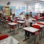 Los colegios públicos del estado brasileño de Sao Paulo, uno de los más afectados por la pandemia, volvieron este lunes a impartir clases presenciales; ocurre después de casi un año sin poder hacerlo por causa de la covid-19, que sigue en fase ascendente en el país.