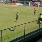 Un futbolista de la tercera división de Guatemala generó polémica y obtuvo notoriedad en redes sociales luego de simular un agresión. El jugador Rosbin Ramos tomó una cáscara de naranja de la gramilla y luego hizo como si lo hubieran golpeado en el rostro.
