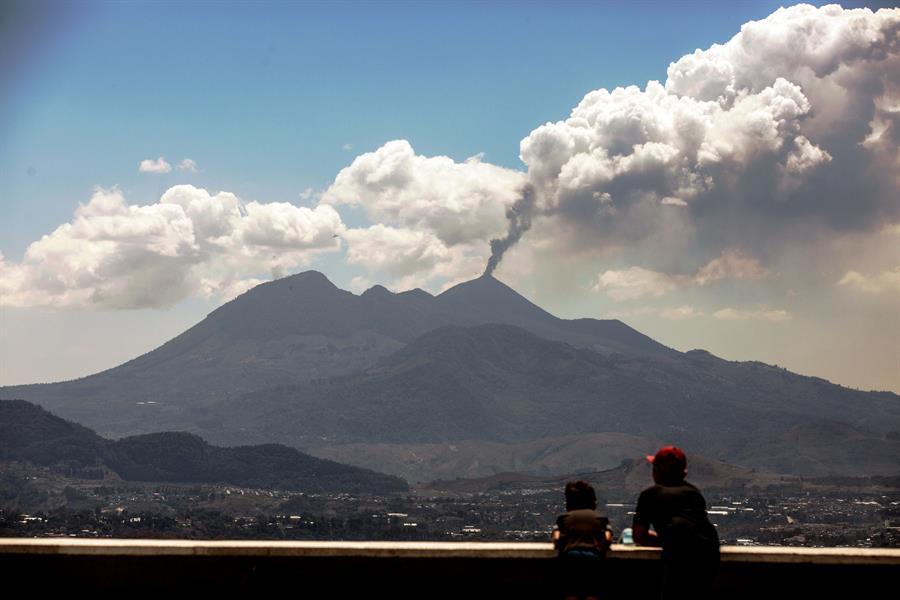 El volcán Pacaya mantuvo este domingo su actividad con explosiones moderadas y fuertes de material volcánico y balístico; estas superan los 3 mil 200 metros de altura. Así advirtió el Instituto de Sismología, Vulcanología, Meteorología e Hidrología -INSIVUMEH-.