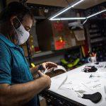 La Organización Mundial de la Salud -OMS- publicó varios consejos sobre el uso de mascarillas de tela durante la pandemia de COVID-19; entre otras cosas, recomendó la utilización de las que tengan triple capa y no dispongan de válvulas.