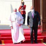 """El papa llegó hoy a Irak para una visita de tres días porque era """"su deber"""" viajar """"a esta tierra martirizada""""; así lo confesó durante el vuelo. Mientras que en su primer discurso en tierras iraquíes pidió el compromiso de la comunidad internacional para llevar la paz a este país y a todo Oriente Medio."""