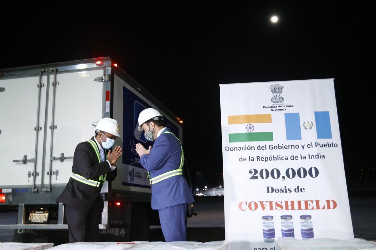 Guatemala recibió ayer por la noche una donación de 100 mil vacunas contra el COVID-19 por parte de India. Estas se suman a las 2 mil 500 obsequiadas por Israel la semana pasada para enfrentar la pandemia.