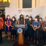 """Una decena de congresistas guatemaltecas presentaron este una iniciativa de Ley de paridad de hombres, mujeres y pueblos indígenas en puestos de elección popular; esto con el objetivo de lograr una """"mayor representación"""" en las planillas electorales."""