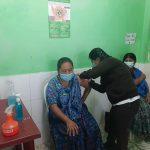 Para recibir la vacuna contra el COVID-19, una comadrona gasta más de Q100 en su traslado, de la comunidad hacia el Centro de Salud, en Alta Verapaz.