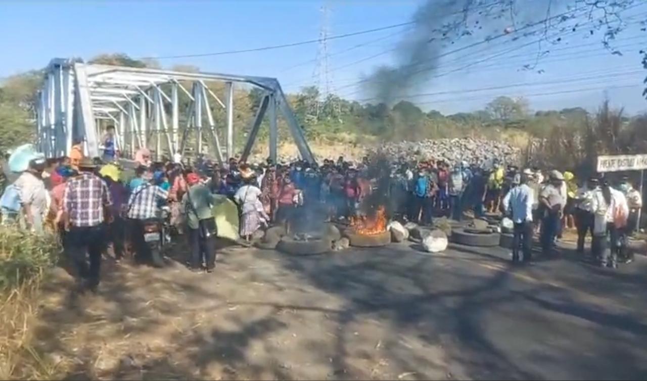 Varios padres de familia y líderes comunitarios de Parcelamiento Buenos Aires, de San Andrés Villa Seca, bloquearon el paso por el Zarco, en Retalhuleu; su protesta es para exigir al Ministerio de Educación la contratación de maestros.