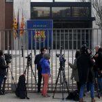 Los agentes de la policía de Cataluña siguen en el Camp Nou tras prácticamente tres horas de registro de las oficinas del FC Barcelona por el caso 'Barçagate'; no dejan trabajar a los empleados ni de forma presencial ni por remoto para no entorpecer la investigación.