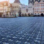Un minuto de silencio al mediodía con un repique de campanas; además de cruces blancas sembradas en la Plaza Vieja de Praga, ha sido la forma en la que los checos honraron la memoria de los casi 25 mil ciudadanos fallecidos por la COVID-19 en el país.