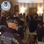 Las fiestas clandestinas no cesan en Madrid. La Policía local intervino este fin de semana 414 celebraciones o reuniones ilegales en domicilios; 38 de ellas en viviendas turísticas, a pesar de las restricciones sociales y las medidas sanitarias anticovid vigentes, según fuentes municipales.