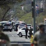 Un vehículo embistió este viernes una barricada de seguridad en el Capitolio de Estados Unidos. Provocó heridas en dos agentes de policía que fueron trasladados al hospital donde uno falleció. En tanto que el sospechoso también murió, según los medios locales que citan fuentes policiales.
