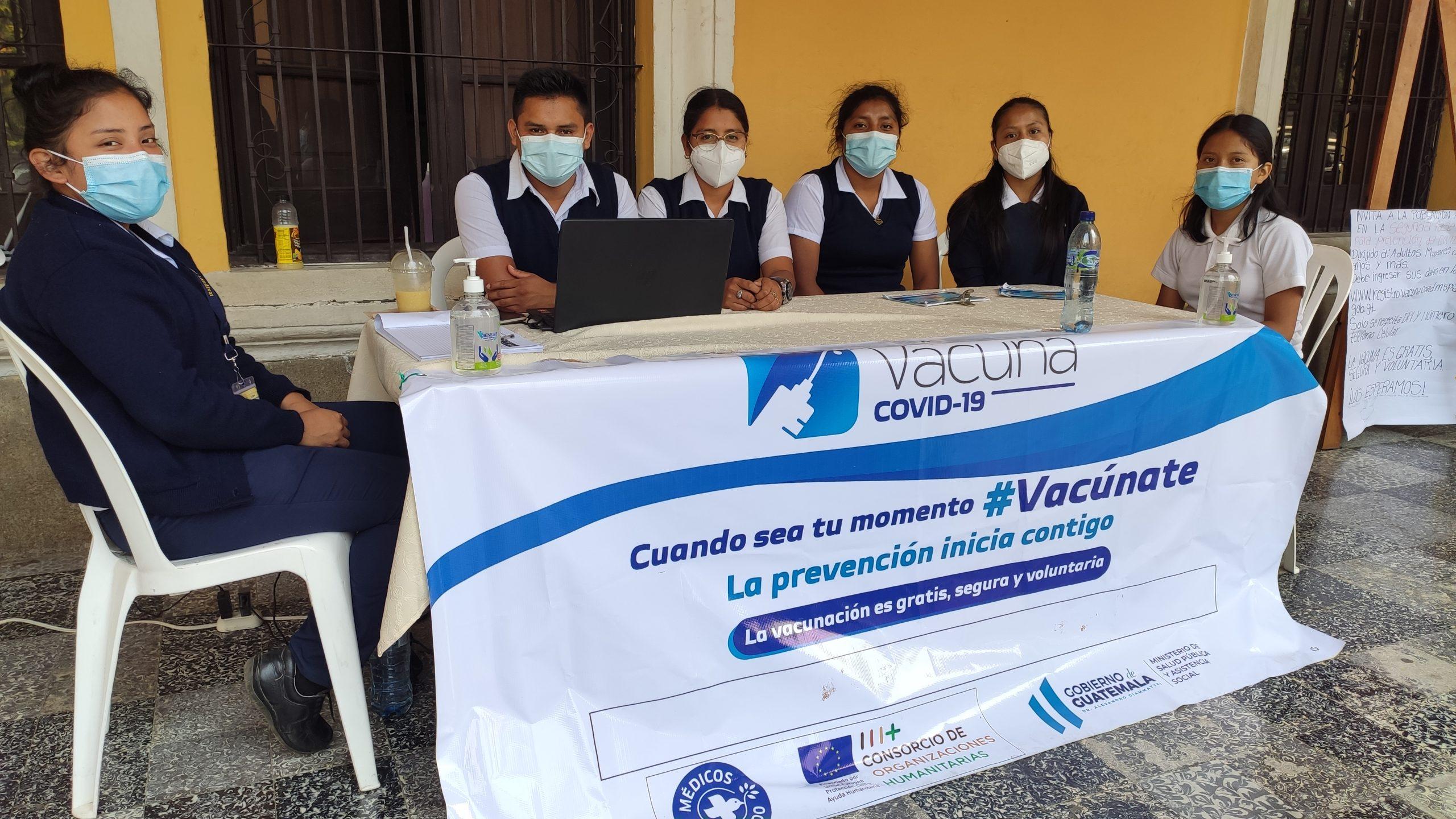 Estudiantes de enfermería de la Universidad Rafael Landivar, colocaron un quiosco en Alta Verapaz, para ayudar a personas mayores de 70 años, a inscribirse para la vacuna contra el COVID-19.