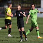 Rebecca Welch ha hecho historia este lunes en el fútbol inglés al ser la primera árbitra en dirigir un partido profesional de categoría masculina; se encargó de pitar el Harrogate-Port Vale, de la cuarta división.