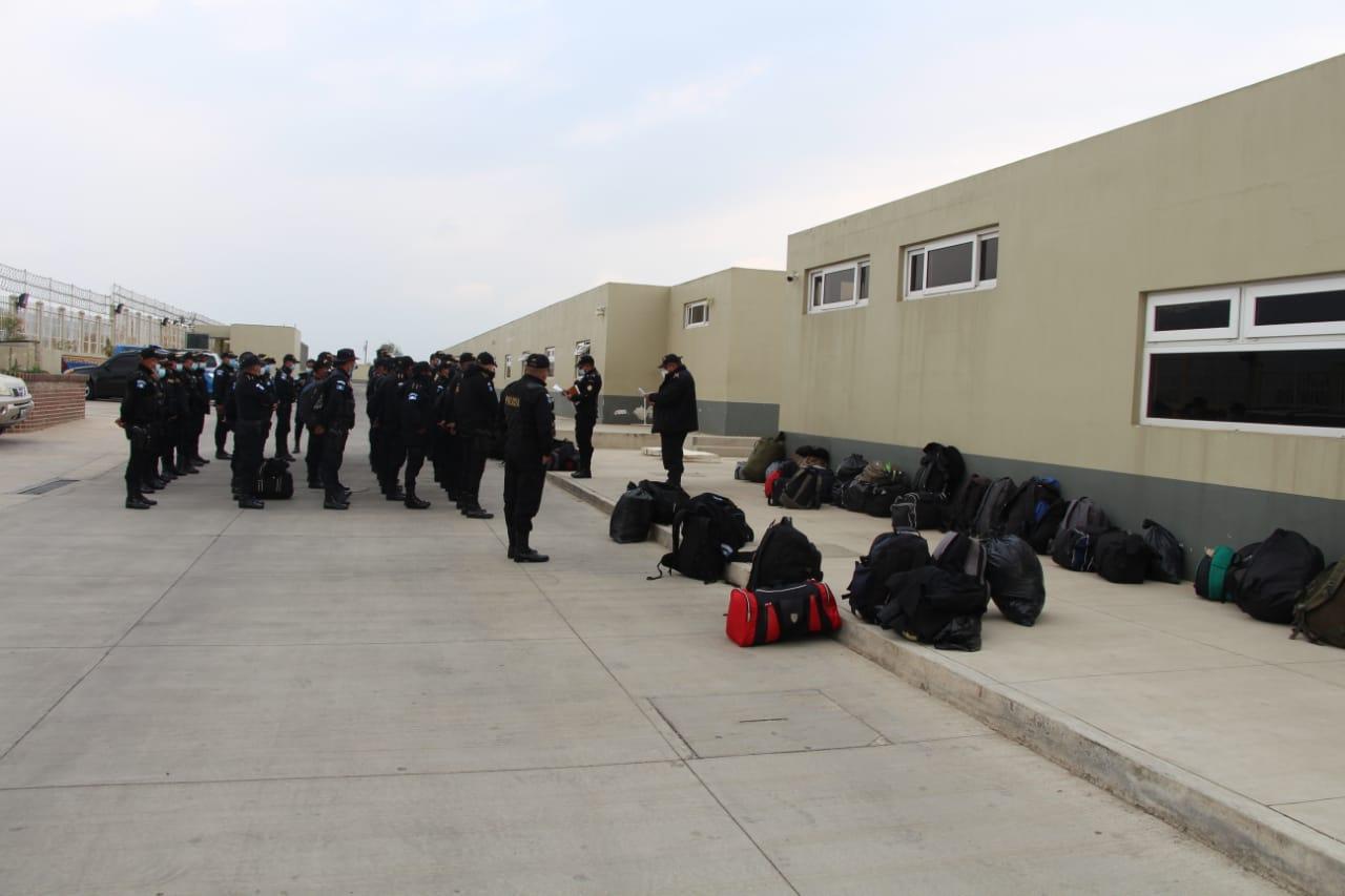 Las autoridades de Quetzaltenango han recibido una cuadrilla de 217 agentes de la Policía Nacional Civil -PNC-; los elementos se distribuirán en Xelajú, Coatepeque y Génova con el objetivo es contrarrestar la ola delictiva. Así lo informó Erick Tzún de León, Gobernador Departamental.