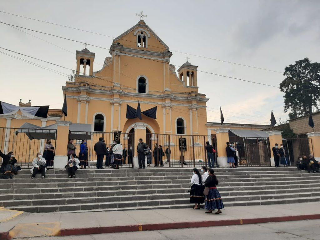 El templo de El Calvario lució una moña negra por el fallecimiento de Javier Almanza, quien por más de 15 años estuvo en dicha parroquia. (Foto: Carlos Ventura)