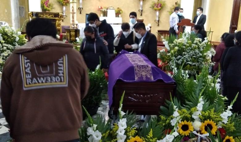 Entre llanto y consternación feligreses católicos del templo El Calvario, despidieron a su párroco, Javier Almanza Jaraleño, quien falleció la madrugada de este martes 20.