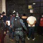 Agentes de la Policía Nacional Civil -PNC- sorprendieron a clientes de un bar capitalino por haber infringido la ley seca durante los sorpresivos operativos durante el fin de semana. Uno de los detenidos en un club nocturno tenía una certificación de positivo por COVID-19.