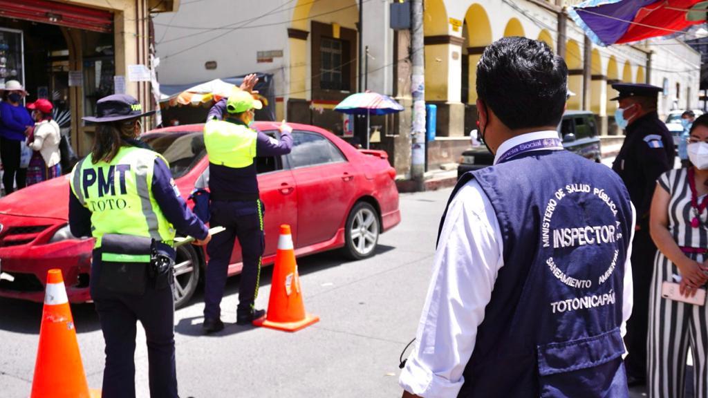 Como parte de las acciones del Centro de Operaciones de Emergencia Municipal -COEM- de Totonicapán, debido al aumento de casos de COVID-19, se realizan varios operativos de inspección para verificar el cumplimiento de las normas preventivas.