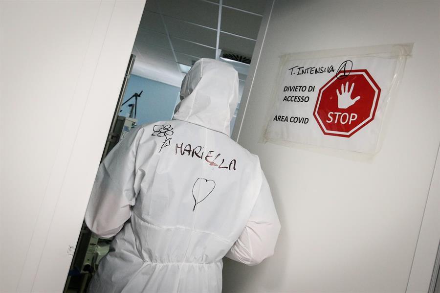 Italia registró 487 muertos por coronavirus y 17 mil 721 contagios en el último día, informó hoy el Ministerio de Sanidad; una cifra de contagios inferior a las registradas la semana pasada pero aún elevada a pesar de las restricciones vigentes.