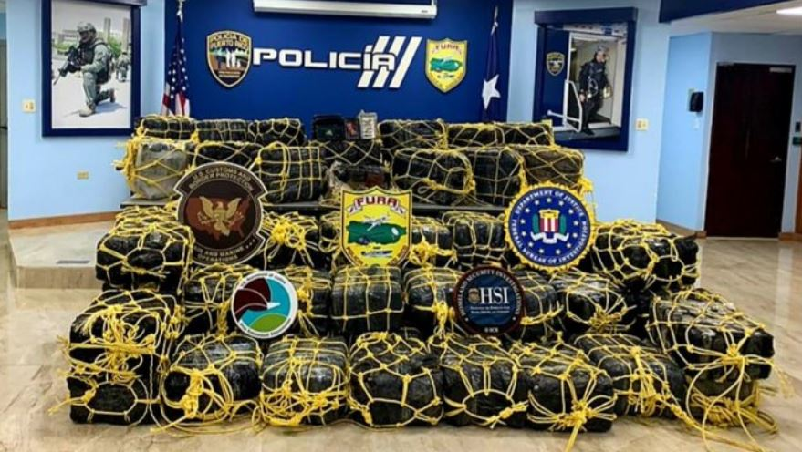 Las autoridades de Puerto Rico detuvieron a tres dominicanos, dos hombres y una mujer, en posesión de 477 kilos de cocaína, valorados en unos 20 millones de dólares; la droga la pretendían introducir por a la isla en una embarcación.