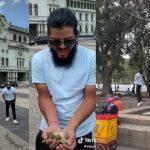 Un video donde un hombre lanza monedas al aire en la Plaza de la Constitución para que las personas las recogieran se hizo viral en redes sociales lleno de críticas.