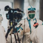 Más de mil periodistas murieron a causa de la COVID-19 en 73 países desde el inicio de la pandemia y la edad de las víctimas está disminuyendo; con casi la mitad de ellos entre 40 y 60 años al momento de su deceso. Esto según informó la ONG Campaña Emblema de Prensa -PEC, por sus siglas en inglés-.