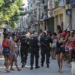 Manifestantes de la favela de Jacarezinho se dieron cita este viernes frente a las instalaciones de la Policía Civil de Río de Janeiro; lo hicieron para pedir justicia por las 25 vidas segadas la víspera en un violento operativo policial contra la banda de delincuentes que domina esa deprimida favela carioca.