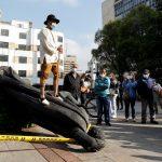 La estatua del fundador de Bogotá, el conquistador español Gonzalo Jiménez de Quesada, fue derribada este viernes por indígenas; la botaron del pedestal en que estaba instalada en el centro de la ciudad; esto como parte de las protestas que desde hace diez días sacuden al país.