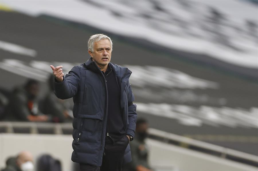 El Roma anunció este martes el fichaje del portugués José Mourinho como nuevo técnico a partir de la temporada 2021-2022, con un contrato hasta 2024.