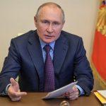 El presidente ruso, Vladímir Putin, aseguró que los médicos le han detectado anticuerpos tras vacunarse con dos dosis de un preparado ruso sin confirmar; por lo que animó a sus compatriotas a que se vacunen en masa contra el coronavirus.
