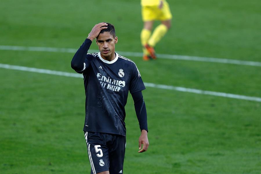 Raphael Varane, central francés del Real Madrid, es baja para el partido de vuelta de las semifinales de la Liga de Campeones en Londres ante el Chelsea; la razón es una lesión muscular que le tendrá en torno a dos semanas fuera.