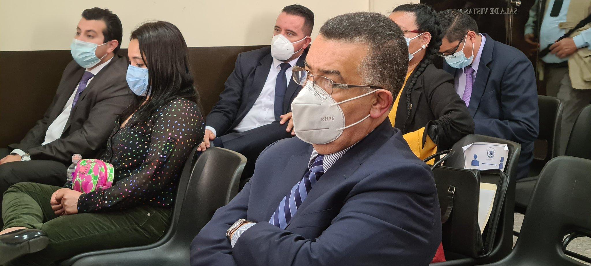 El rector y exrector de la universidad de San Carlos de Guatemala, Murphy Paiz y Estuardo Gálvez, quedaron en prisión preventiva por el caso Comisiones Paralelas; además de ellos también el expresidente del Colegio de Abogados, Luis Ruiz, y los abogados Juan Salvador Soto y Olga Alfaro.