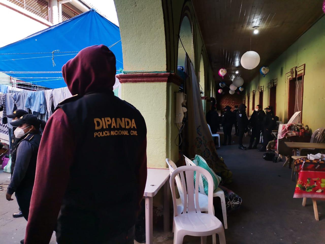 Las autoridades de la Policía Nacional Civil -PNC- y del Sistema Penitenciario -SP- localizaron varios celulares y cargadores en la cárcel de mujeres de Quetzaltenango; la requisa que se efectuó se ubica la 1ª calle de la zona 1 de Xela donde hay 150 mujeres privadas de libertad y está bajo el cargo del SP.