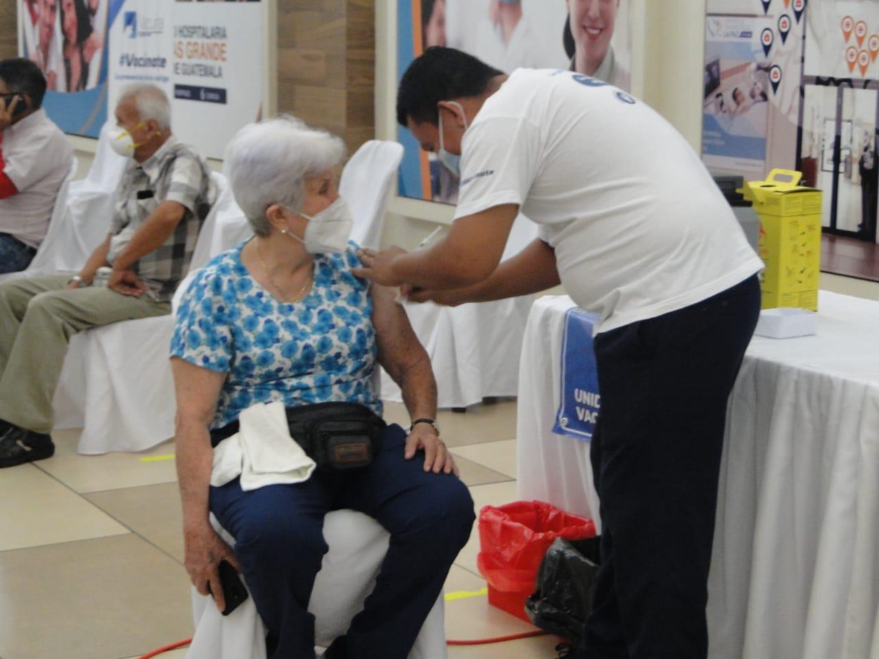 La segunda fase de vacunación contra el COVID-19 está en marcha en Retalhuleu. El personal del área de Salud empezó la aplicación de la primera dosis a vecinos previamente registrados.