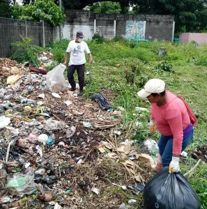 Trabajadores municipales retiran la basura del cementerio de Retalhuleu. (Foto: Cristian Soto)