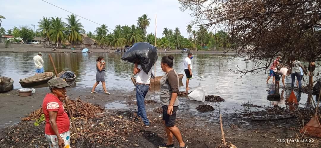 Unos 100 habitantes se unieron a las autoridades para trabajar en la limpieza del estero de la Playa de Tahuexco, Mazatenango. Entre las personas retiraron desechos plásticos y duroport.