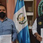 El alcalde en funciones de Cunén, Quiché, Pedro Pu Cantó, y el gobernador del departamento Otto Ervin Macz, firmaron ocho convenios para la ejecución de obras; estas son de educación, salud, agua potable y mejoramiento de caminos.