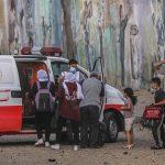 La escalada de violencia entre Israel y las milicias palestinas de Gaza entró este miércoles en una tercera jornada que aumenta las víctimas mortales; con 48 palestinos muertos -14 menores- en el enclave y otras seis personas -entre una adolescente- en Israel.