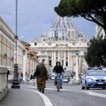 Un ladrón se presentó ante el farmacéutico al que le había robado 7 mil 500 euros -unos 70 mil quetzales- para devolverle el botín; además para mostrarle la pistola de juguete con la que le había intimidado en una farmacia en las afueras de Roma.