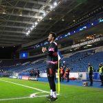El portero italiano Gianluigi Buffon, de 43 años, informó que ha decidido seguir jugando al menos un año más; y que está analizando varias opciones, tanto en Italia como en el extranjero.