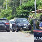 Un anciano y a dos niños hermanos de 3 y 8 años, han muerto cuando una persona les ha disparado en la localidad de Ardea; esto a las afueras de Roma, y después se ha suicidado en la casa en la que se había atrincherado.